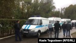 Алматыдағы тергеу абақтыларының бірінің алдында тұрған полиция көліктері (Көрнекі сурет)