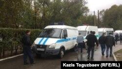 Сот ғимараты маңындағы полиция көліктері. Алматы, 17 қазан 2016 жыл.