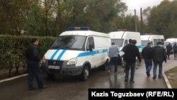 Алматыдағы полиция микроавтобустары (Көрнекі сурет).