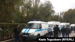 Полицейские автомобили, на которых в день суда по «делу Кулекбаева» к СИЗО СИ-8 прибыл усиленный наряд полиции. Алматы, 17 октября 2016 года.