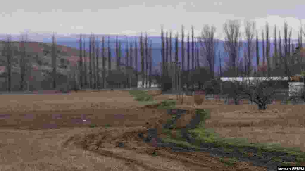 На краю села– заплава річки Зуя, яка бере початок на північних відрогах Долгоруківскої яйли