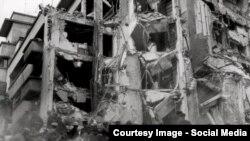 Imaginea unei clădiri prăbușite la București
