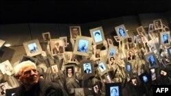 Потомци на загинали в Треблинка евреи от Македония държат снимките им по време на поклонение.
