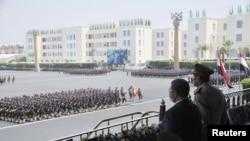 الرئيس مرسي الى جانب المشير طنطاوي