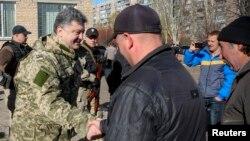 Президент Порошенко вітає місцевого жителя в Краматорську, 26 жовтня 2014 року