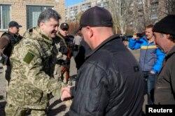 Petro Poroshenko səsverməyə gələn sakinləri salamlayır, Kramatorsk, 26 oktyabr 2014