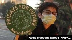 """Активист од Движењето """"Петоци за иднината Скопје"""" против климатските промени во локалниот контекст на Македонија."""