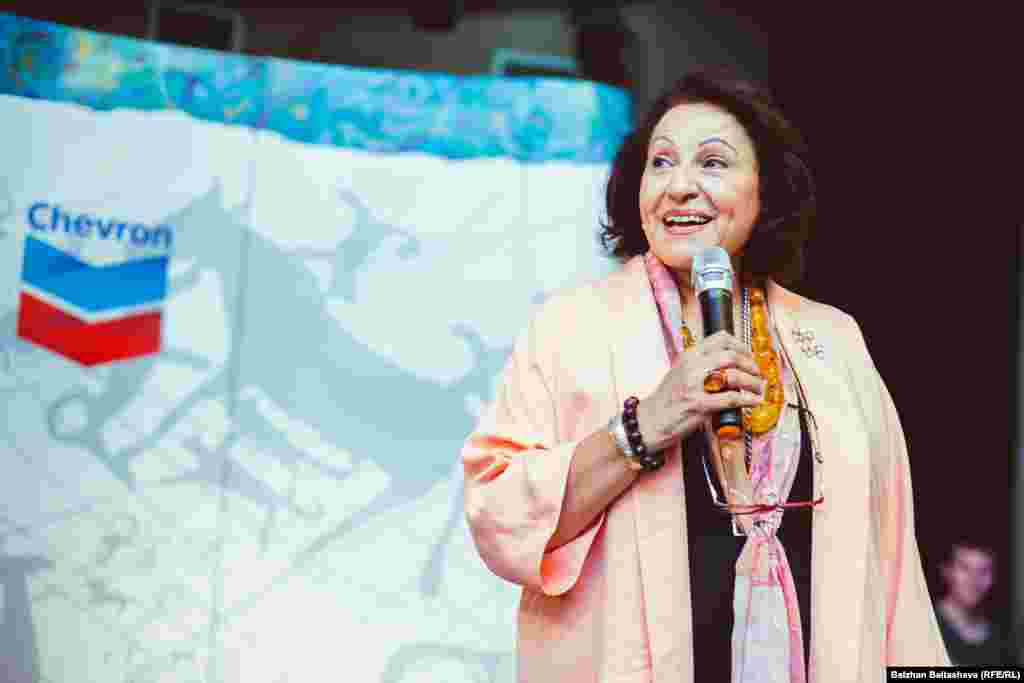 Для вручения международных сертификатов по знаку качества фестиваль посетила почетный гость Гадда Хижжауи-Кадуми, президент Тихоокеанского подразделения Международного ремесленного совета.