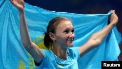 Ольга Рыпакова с флагом Казахстана после состязаний в тройном прыжке, в которых она выиграла бронзовую медаль. Рио-де-Жанейро, 14 августа 2016 года.
