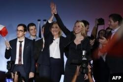 """Францияның әсіреұлтшыл """"Ұлттық майдан"""" партиясының жетекшілері Марин Ле Пен мен Марион Марешаль Ле Пен (ортада) сайлауалды шарада тұр. Ницца, 27 қараша 2015 жыл."""