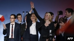 """Лидеры """"Национального фронта"""" Марин Ле Пен и Марион Марешаль Ле Пен на предвыборном митинге в Ницце"""