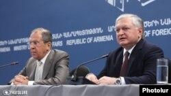 Главы МИД Армении и России - Эдвард Налбандян (справа) и Сергей Лавров (архив)