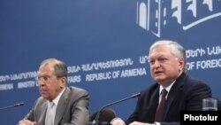 Министры иностранных дел Армении и России - Эдвард Налбандян и Сергей Лавров (слева) на совместной пресс-конференции, Ереван, 23 июня 2014 г.
