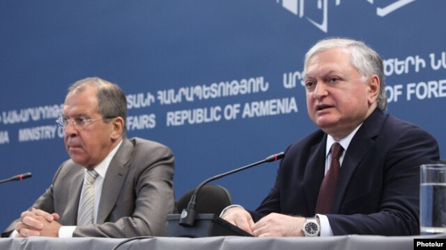 Armenia --Foreign Minister Edward Nalbandyan and his Russian counterpart Sergey Lavrov at a joint press conference in Yerevan, 23June, 2014.