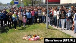 Теміртау қаласының тұрғындары бала құлап кеткен құдық басына жиналды. 26 мамыр 2012 жыл.
