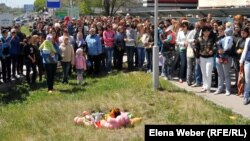 Residents of Temirtau rally near the site where 2-year-old Yegor Khmil fell through an uncovered manhole and drowned.