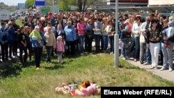 Теміртау тұрғындары бала құлаған құдықтың қасында акция өткізіп тұр. Теміртау, 26 мамыр 2012 жыл.