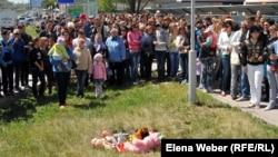 Жители города митингуют у колодца, где утонул ребенок. Темиртау, 26 мая 2012 года.
