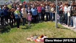 Жители города Темиртау митингуют у колодца, где утонул ребенок. Темиртау, 26 мая 2012 года.