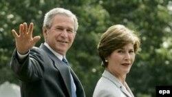 Президент Джордж Буш и первая леди Америки Лаура Буш живы и здоровы.