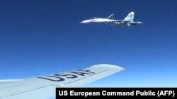 Америкалық ұшаққа жақын ұшып бара жатқан Ресейдің Су-27 истребителі.
