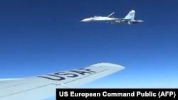 Су-27 приближается к американскому самолету