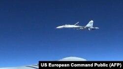Су-27 приближается к американскому самолету.