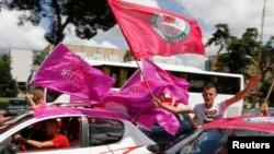 Përkrahësit e Partisë Socialiste në Shqipëri, duke festuar fitoren në zgjedhje, 25 qershor 2013