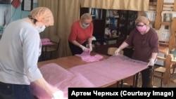 Учителя шьют маски