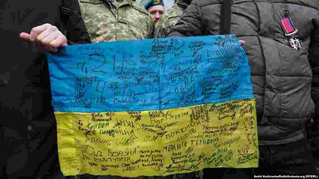 Прапор із підписамиоборонців ДАПу– артефакт, який береже «кіборг»80-ї окремої десантно-штурмової бригади із позивним «Історик»