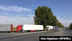 По состоянию на вечер субботы, 28 октября, в очереди на границе стояли 504 большегрузных машины, очередь из них растянулась на 12 километров.