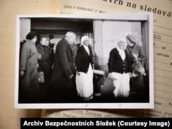 Папка, которую дали посмотреть Радио Свобода, содержит фотографии Матери Терезы (вторая справа) в аэропорту Праги в 1984 году. В записках в ее досье говорится, что спецслужбы хотели видеть, кто приехал встречать всемирно известную католическую монахиню