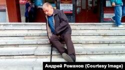 Андрей Романов пытается преодолеть ступеньки тюменской Трудовой инспекции