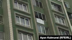 У многоквартирного дома, в котором проживает гражданская активистка Дильнар Инсенова. Алматы, 16 января 2018 года.