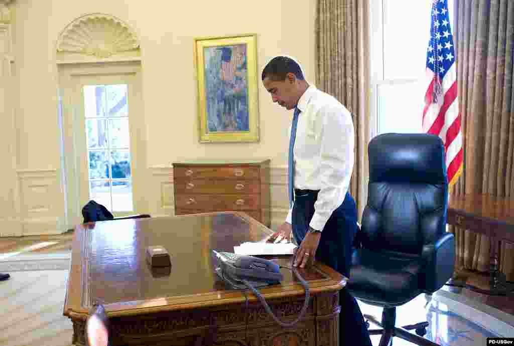 Фото и комментарии к ним принадлежат официальному фотографу Белого дома Питу Соуза (Pete Souza) - Утро первого рабочего дня президента в Белом доме. Барак Обама изучает документы перед встречей с сотрудниками госаппарата (21 января 2009 года)