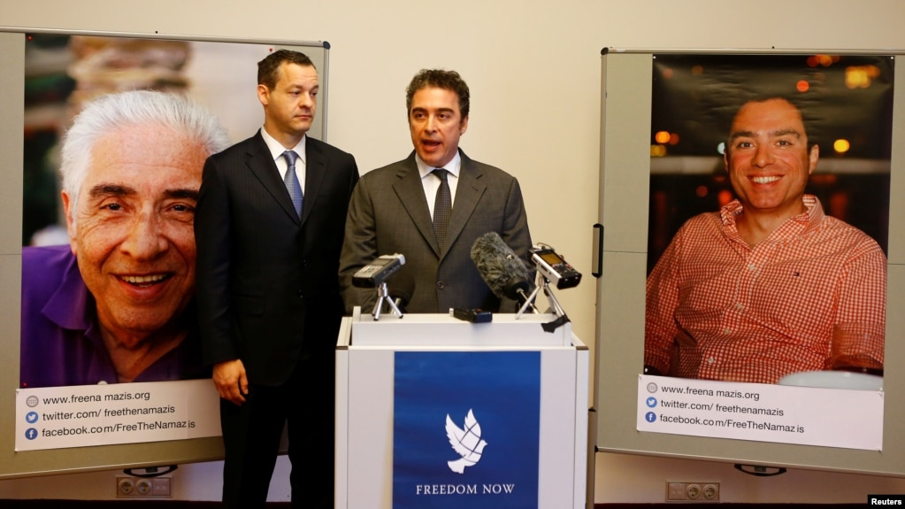 در این تصویر جرد گنسر، و بابک نمازی، وکیل و برادر سیامک نمازی، در آوریل ۲۰۱۷ دیده میشوند. تصاویر سیامک و باقر نمازی پدر او، در پشت سر آنها قرار دارد.