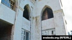 Некаторыя вокны палаца не адпавядаюць нэагатычнай стылістыцы