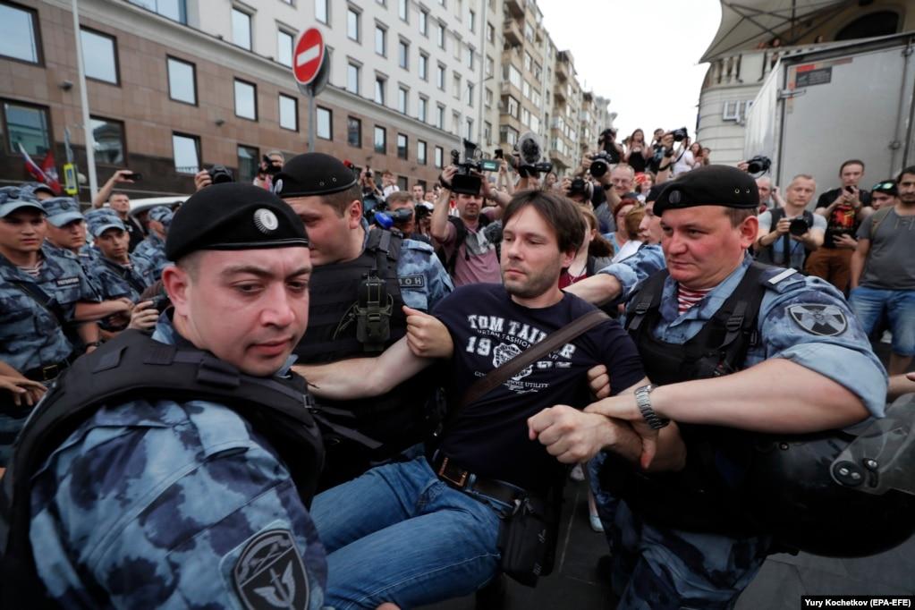 По оценке журналистов телеканала & laquo; Настоящее Время & raquo ;, сначала задержания не были жесткими, как на предыдущих акциях протеста
