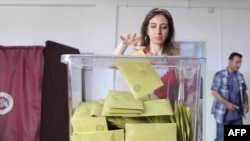 Turkey -- Voters cast ballots in national parliamentary elections in Istanbul, 12Jun2011