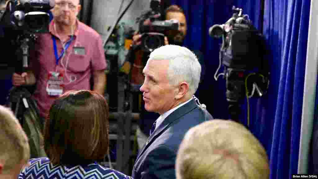 Политик-республиканец Майк Пенс делает заявление для Fox News