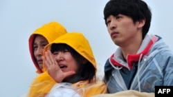 خانواده یکی از دختران دانشآموزی که در کشتی غرق شده بود و هنوز از سرنوشتش خبری در درست نیست