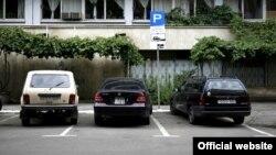 Ставить автомобиль в специальных зонах, размеченных пунктирной линией, могут лишь те автовладельцы, которые оплатили стоянку заранее – сроком на неделю, полгода или год