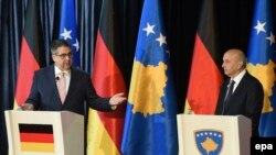 German Foreign Minister Sigmar Gabriel (left) and Kosovar Prime Minister Isa Mustafa in Pristina on April 13.