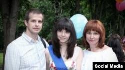 واروارا کارائولوا (وسط) با پدر و مادرش
