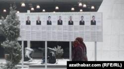 Түркмөнстан - Президенттикке талапкерлердин сүрөтү менен таржымалы илинген такта. Ашхабад, 10-февраль, 2012.