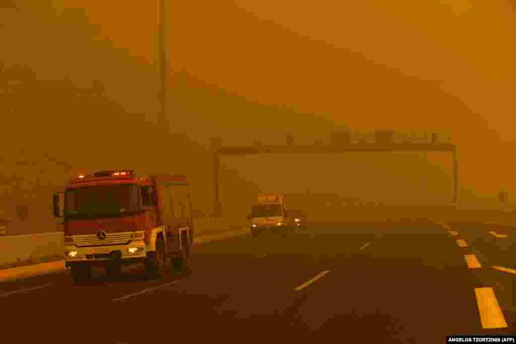 Высокие температуры и ветер послужили причиной быстрого расширения площади пожаров в районе туристского городка Кинета. Дым от огня распространился по территории радиусом 40 километров.Окрестности Кинеты богаты лесами, там также находится множество вилл.
