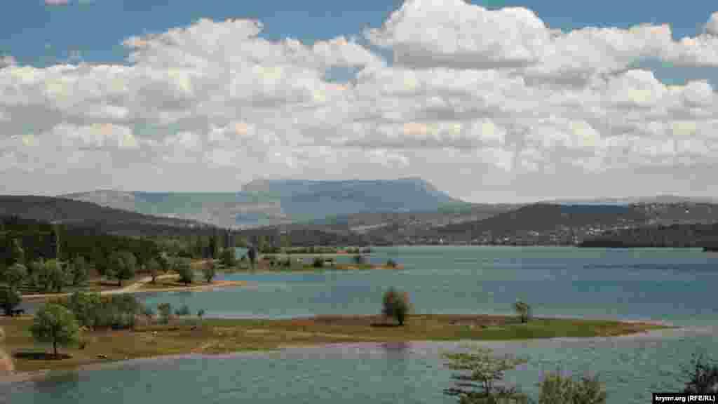 Bent tarafından Aqmescit suv anbarınıñ manzarası. Nomay suvlı yıllarda keñ yarımada aman-aman bütünley suv tübünde qala edi