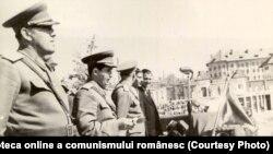 Craiova, 1950. Înmânarea drapelului roşu al U.T.C. unei organizaţii de tineret dintr-un regiment de artilerie din Tg.Jiu. Sursa: Fototeca online a comunismului românesc, cota: 12/1950