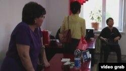 Люди в офисе компании «ФинСтатус», которая, как говорят некоторые жители Кызылорды, обещала погасить их кредиты в банках. Май 2016 года.