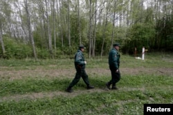 Латвийские пограничники у границы с Россией
